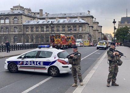 Four wounded in Paris knife attack
